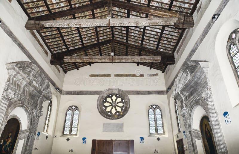 Interne Ansicht der mittelalterlichen Basilika von Sant Aurea in Ostia Antica mit seiner berühmten Decke mit herausgestellten Str lizenzfreies stockbild