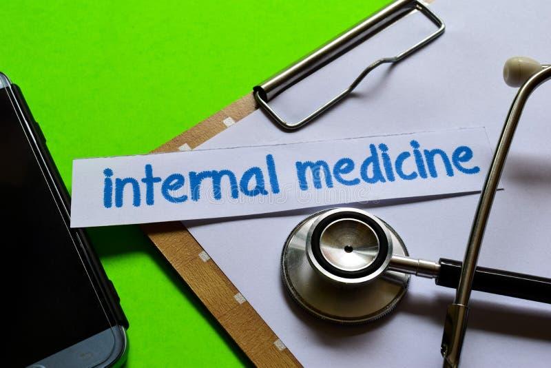 Interne geneeskunde op Gezondheidszorgconcept met groene achtergrond stock afbeeldingen