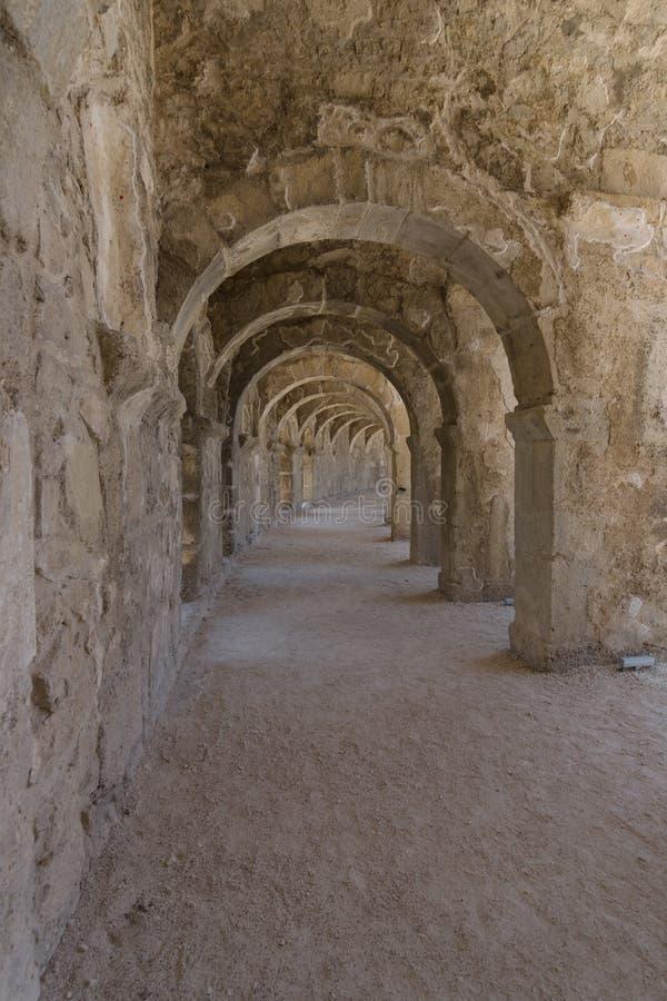 Interne passages in het oude Roman amfitheater van Aspendos royalty-vrije stock foto's