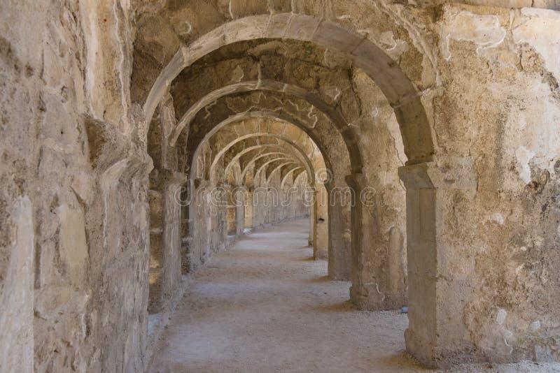 Interne passages in het oude Roman amfitheater van Aspendos royalty-vrije stock foto