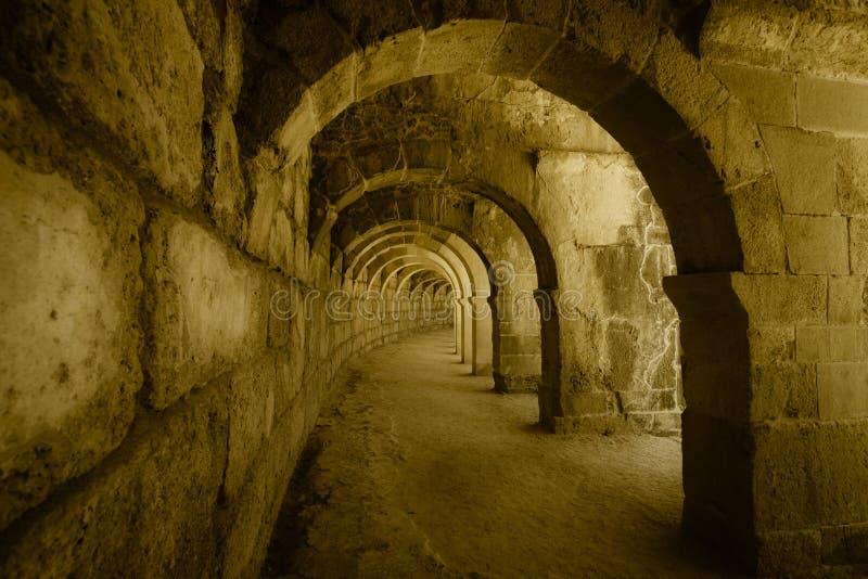 Interne passages in het oude Roman amfitheater van Aspendos stock fotografie