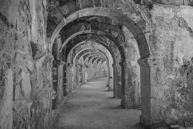 Interne passages in het oude Roman amfitheater van Aspendos stock foto