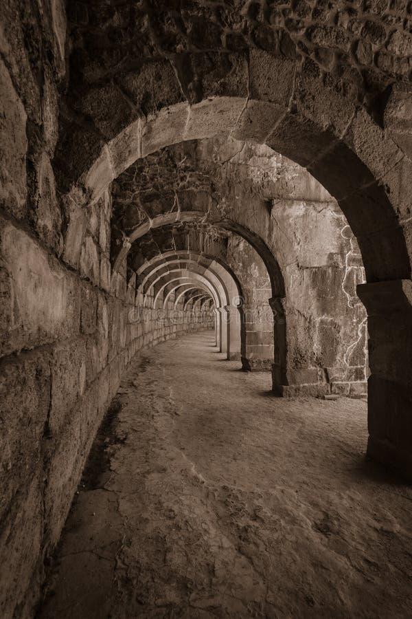Interne passages in het oude Roman amfitheater van Aspendos stock foto's