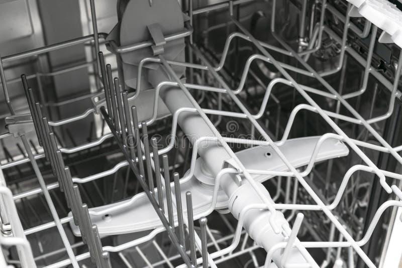 interne planken van afwasmachine voor de distributie van schotels en een mand voor bestek Open afwasmachine dichte omhooggaand Dr stock afbeelding