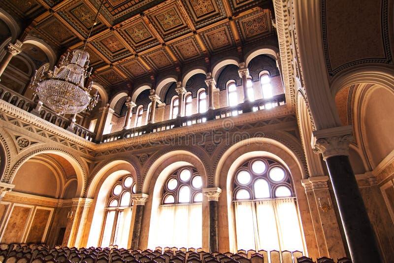 Interne zalen in de mooie historische bouw van de nationale universiteit van Chernivtsi stock fotografie