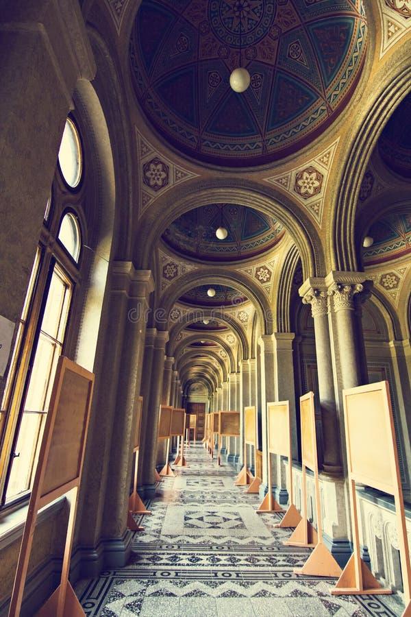 Interne zalen in de mooie historische bouw van de nationale universiteit van Chernivtsi stock foto's