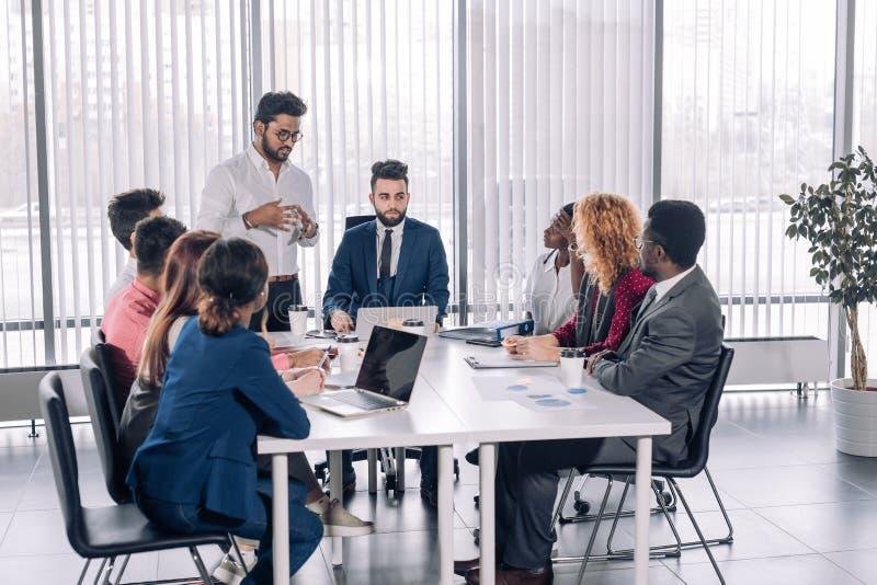 Internes d'entreprise d'enseignement d'entraîneur dirigeant faisant un brainstorm le disscussion image stock