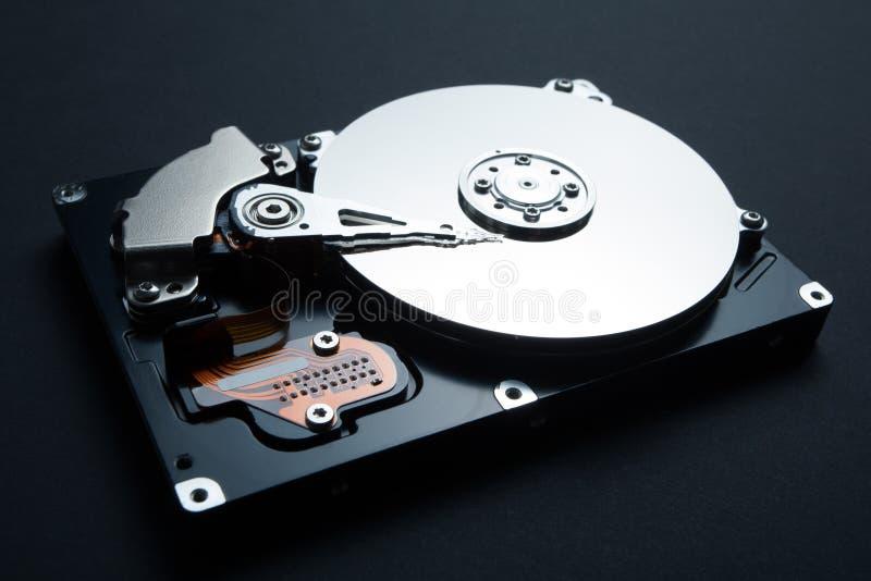 Internes Festplattenlaufwerk lokalisiert auf einem schwarzen Hintergrund Zerhacken von Computerdaten lizenzfreie stockbilder