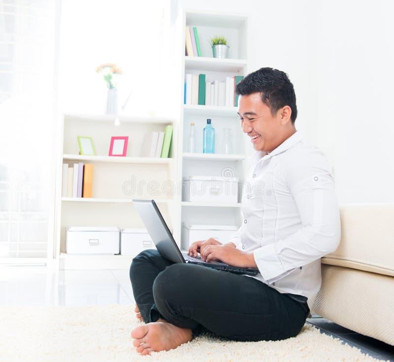 Internet asiático da consultação do homem fotografia de stock