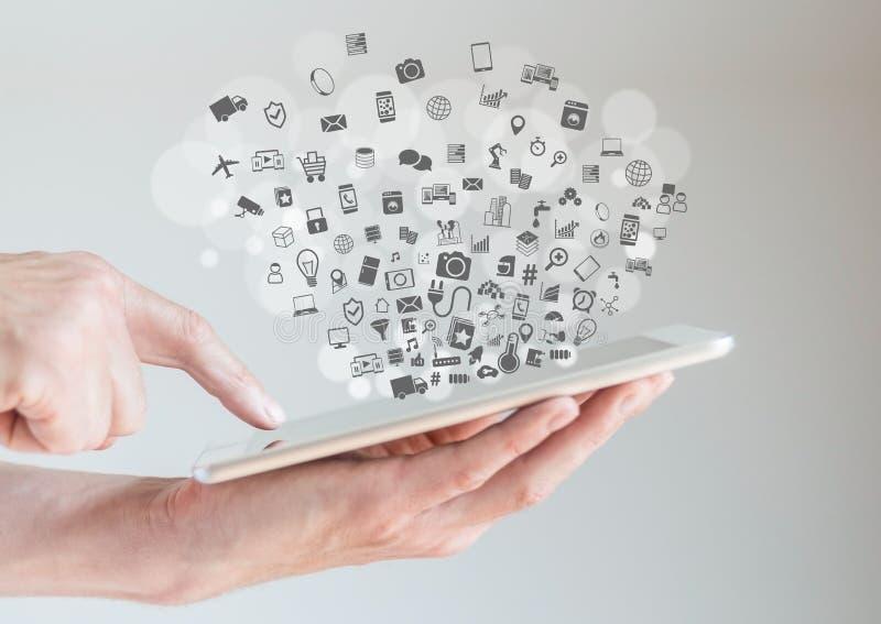 Internet av begreppet för saker (IoT) med händer som rymmer minnestavlan arkivbild