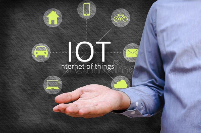 Internet av begreppet för saker (IoT) Nätverk för sammanlänkning för manshowiot och royaltyfri fotografi