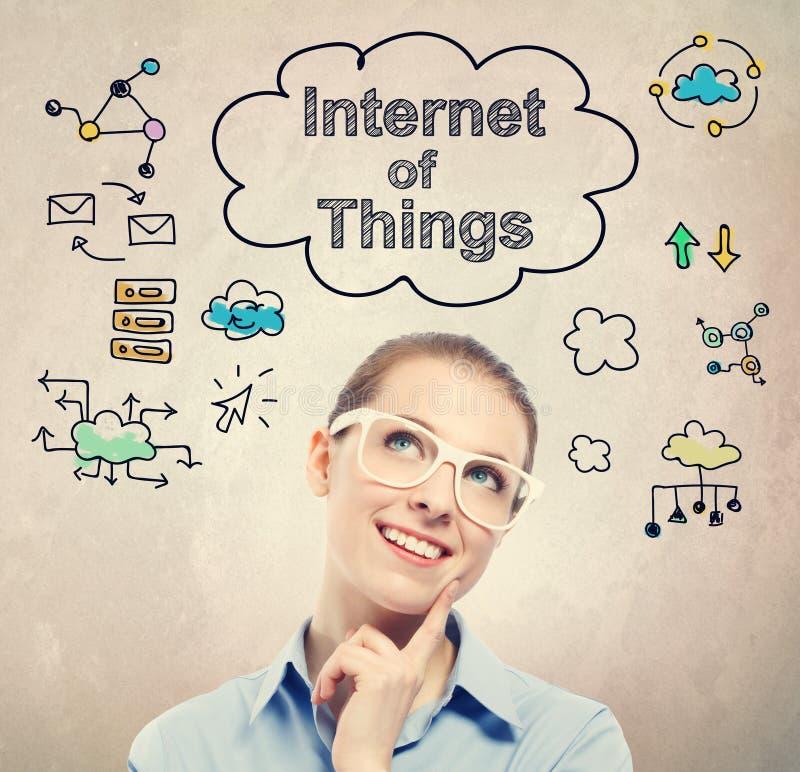 Internet av saker (IoT) skissar med den unga affärskvinnan royaltyfri fotografi