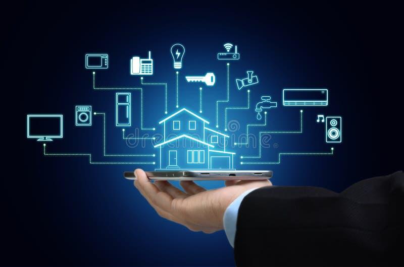 Internet av saker och det Smart hembegreppet arkivfoton