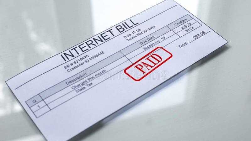 Internet-betaalde die rekening, verbinding op document, betaling voor de diensten wordt gestempeld, tarief royalty-vrije stock afbeelding