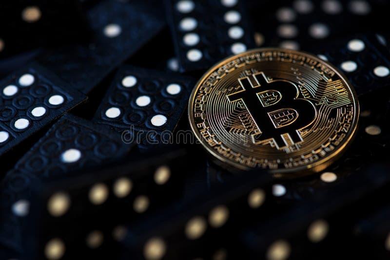 Internet Bitcoin del negocio de la tecnología de la moneda de Bitcoin Cryptocurrency Digital Bitcoin BTC cae abajo riesgo virtual imágenes de archivo libres de regalías