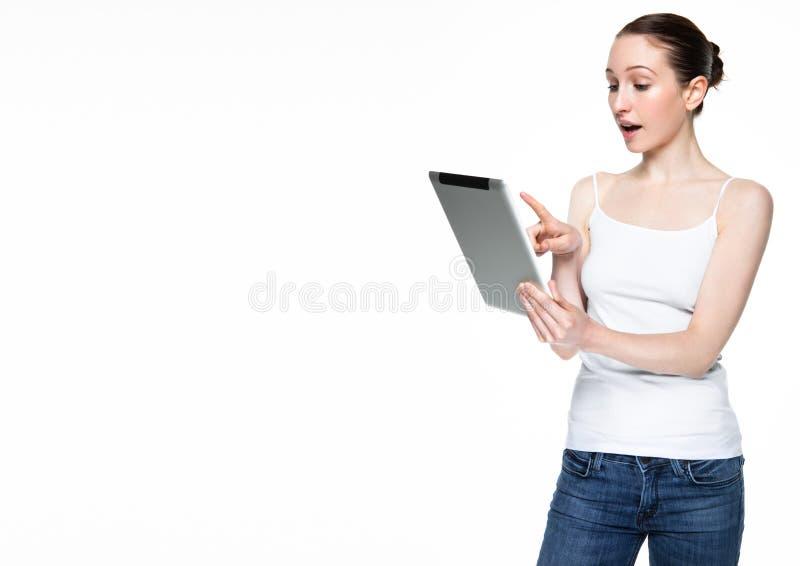 Internet bonito da consultação da mulher na tabuleta imagens de stock royalty free