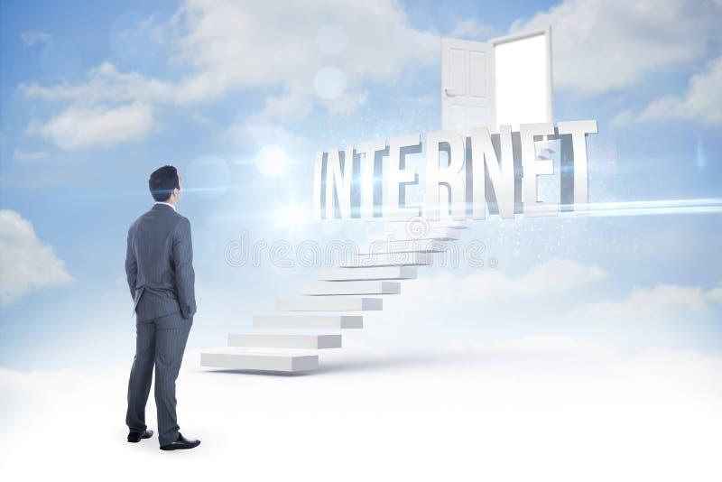 Internet contre des étapes menant à la porte ouverte dans le ciel images stock