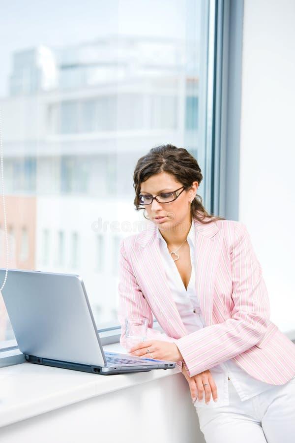 Internet da consultação da mulher de negócios imagem de stock