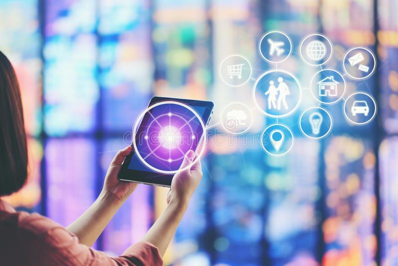 Internet das coisas IoT, foco macio do dispositivo da tabuleta da terra arrendada da mão da mulher e ícone ou holograma esperto d fotografia de stock