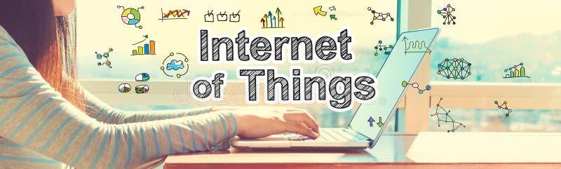 Internet de cosas con la mujer que trabaja en un ordenador portátil imagenes de archivo