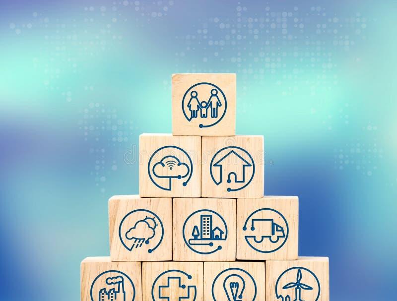 Internet de cosas ofrece el icono en la pirámide de madera del cubo con la falta de definición b fotos de archivo libres de regalías