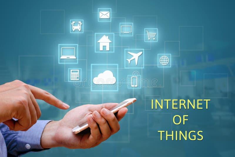 Internet de cosas y de x28; IOT& x29; concepto Tenencia y el usar del hombre de negocios foto de archivo libre de regalías