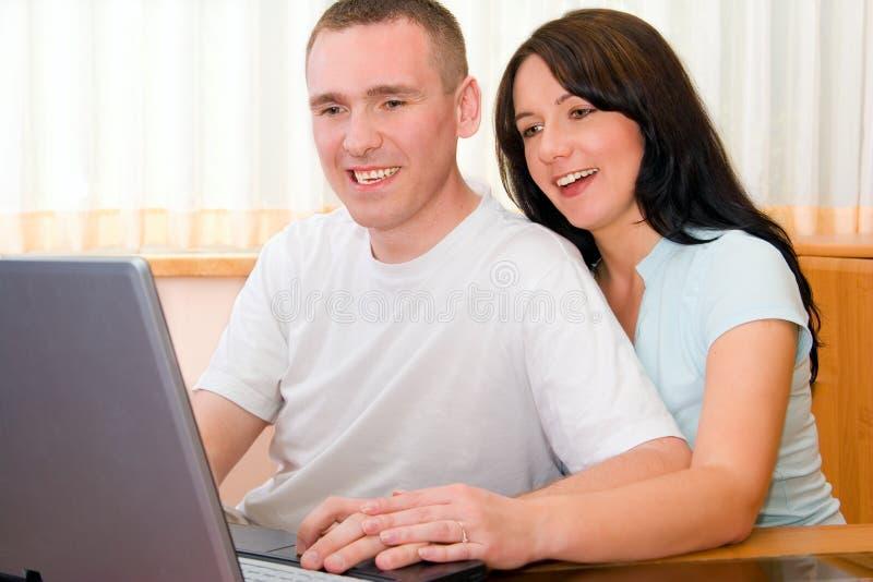 Internet de furetage de couples images stock