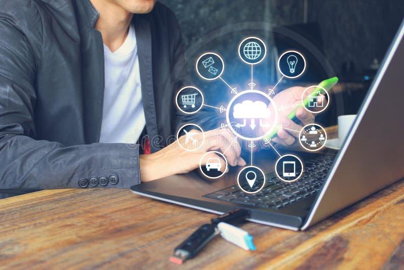 Internet de las cosas IoT, hombre de negocios usando el ordenador portátil y mano que sostienen el teléfono e icono o holograma e fotos de archivo