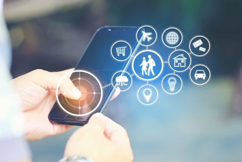 Internet de las cosas IoT, hombre usando un teléfono y un icono elegantes o del iot fotografía de archivo libre de regalías