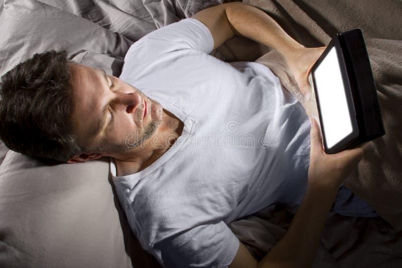 Internet de lecture rapide tard la nuit photo stock