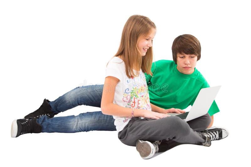 Internet de ressac d'adolescents - d'isolement sur le blanc photographie stock libre de droits