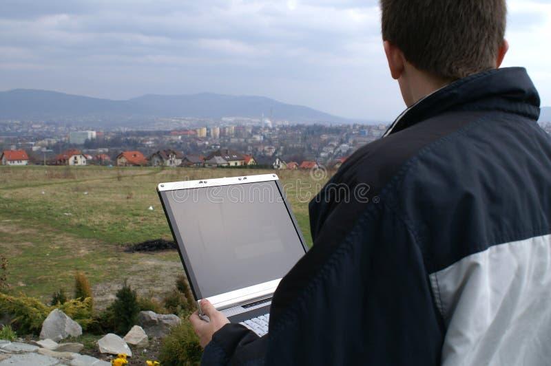 Internet de Wireles au-dessus de ville image stock