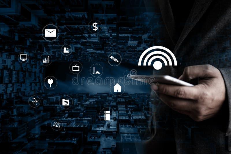 Internet del smartphone del uso del hombre del iot de Internet de la tecnología de las cosas ( imágenes de archivo libres de regalías