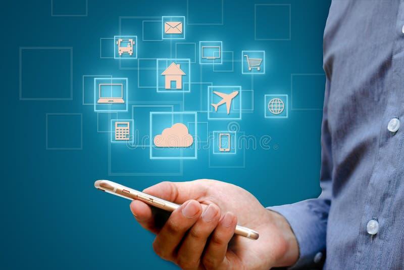 Internet des choses et du x28 ; IOT& x29 ; concept Homme d'affaires tenant le téléphone intelligent et le réseau de transmission  images stock