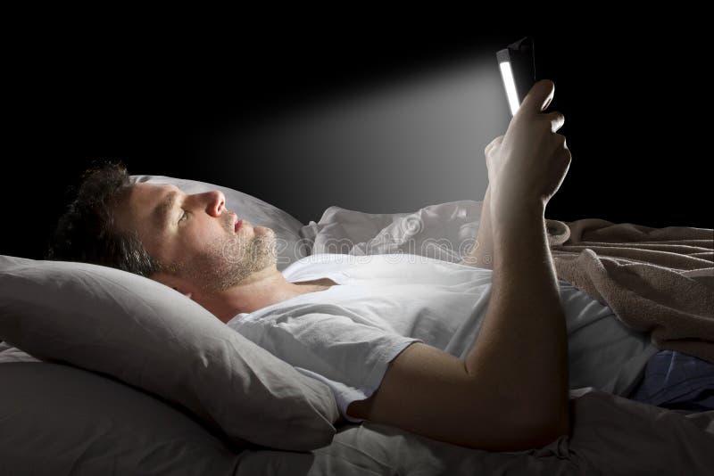 Internet di lettura rapida tardi alla notte fotografie stock