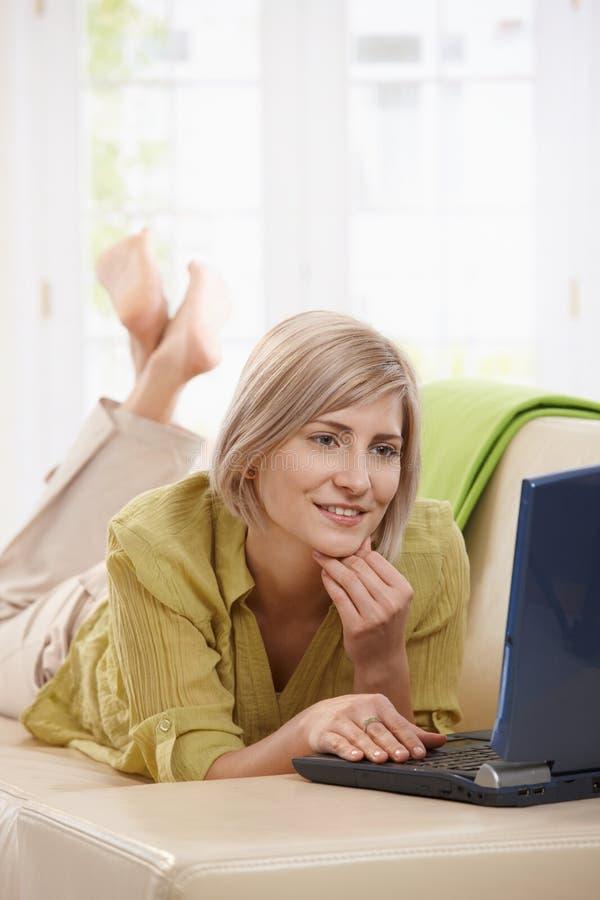 Internet di ricerca a scansione della donna nel paese fotografia stock