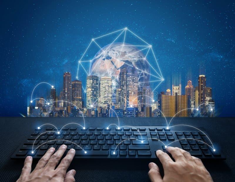 Internet, digitale voorzien van een netwerk en verbinding Hand het typen computertoetsenbord en globale netwerkverbinding en de s vector illustratie