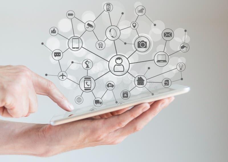 Internet do conceito das coisas (IoT) com as mãos masculinas que guardam a tabuleta ou o grande telefone esperto fotos de stock royalty free