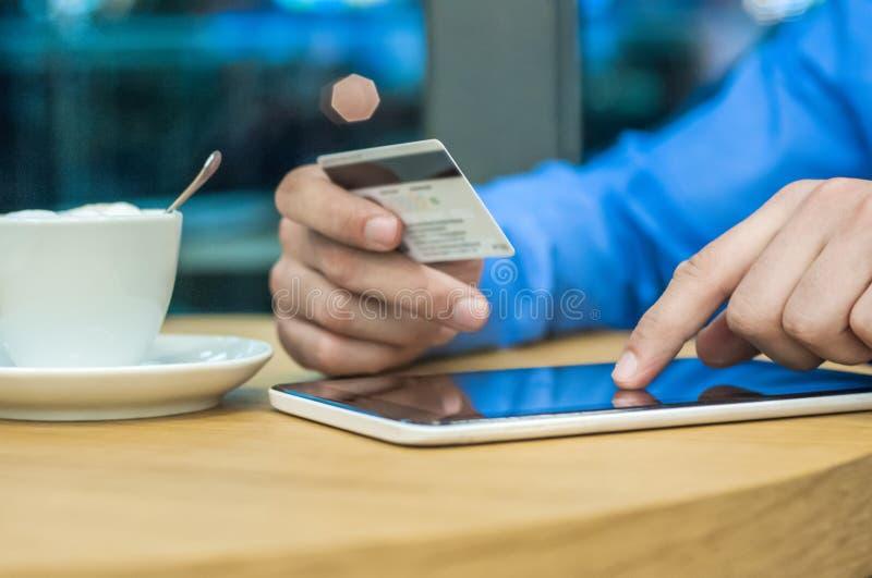Internet-Einkaufsmann online mit Tabletten-PC und -Kreditkarte Kaufende Sachen des Internet-Käufers im Internet lizenzfreie stockfotografie
