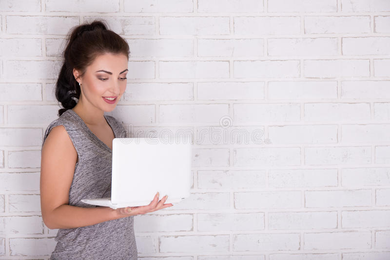 Internet en sociaal media concept - mooie vrouw die laptop met behulp van stock foto's