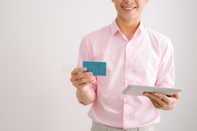 internet för jordklot för kreditering för bankrörelsekortbegrepp planerar betalningvärlden Kreditkortbetalning på den mobila smar royaltyfria bilder