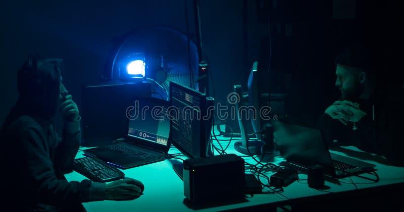 Internet-fraude, darknet, gegevens thiefs, cybergrime concept Hakkeraanval op overheidsserver Desperado's het coderen stock foto