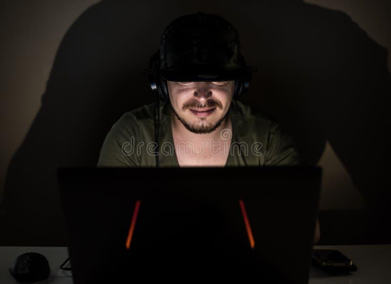 Internet-Kodierer, der in der Dunkelheit arbeitet lizenzfreie stockfotos