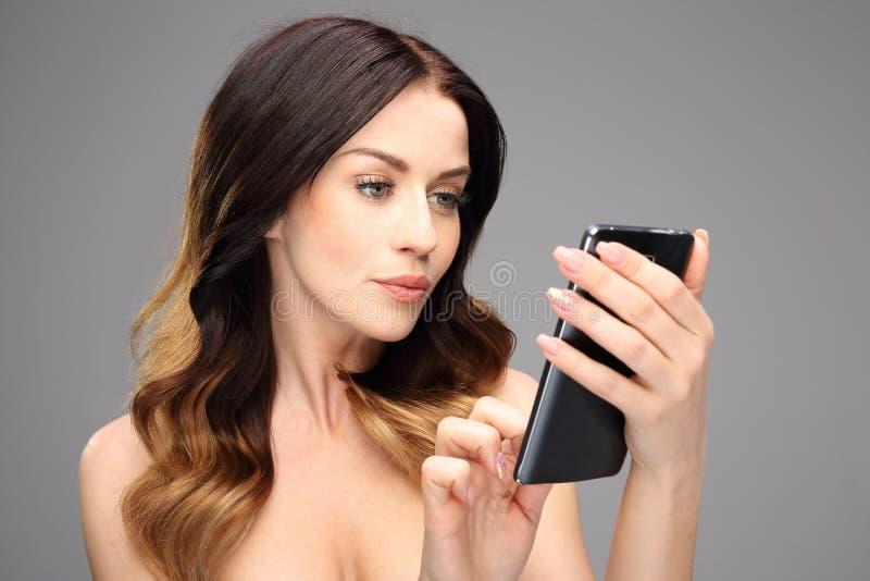 Internet móvil en su teléfono móvil fotografía de archivo