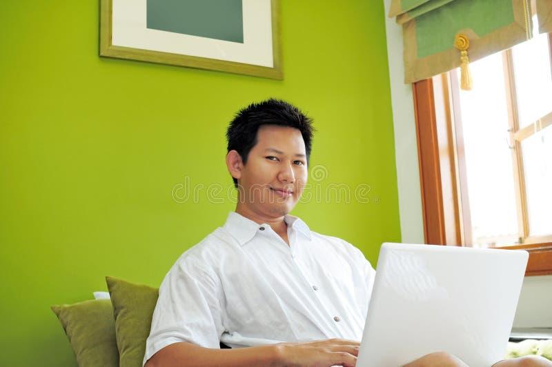 internet man att surfa royaltyfri foto