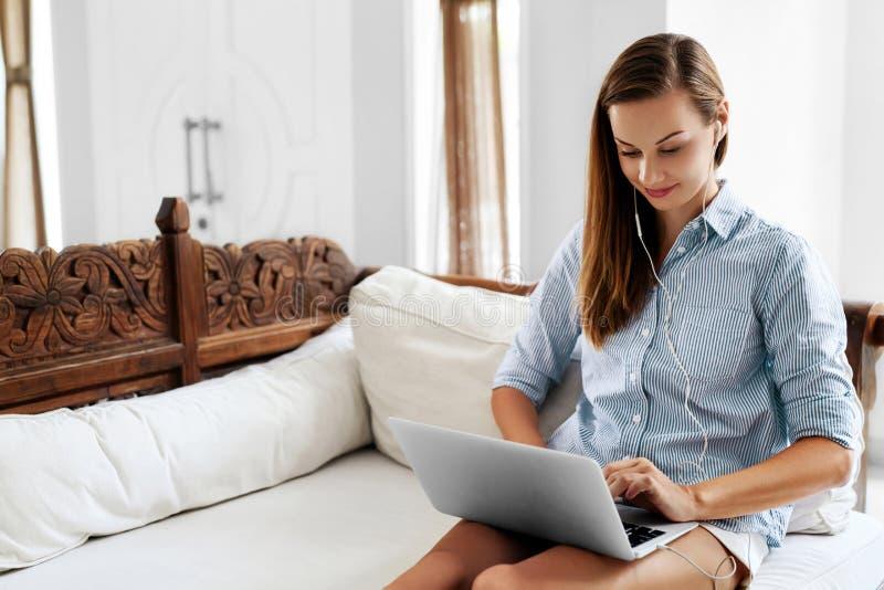 Internet-mededeling Vrouw die Laptop Computer met behulp van, die online werken stock afbeeldingen