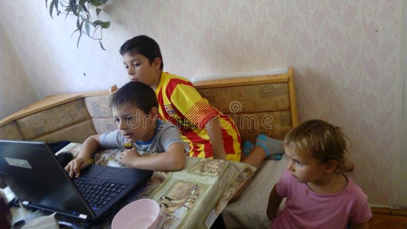 Internet nella famiglia fotografia stock libera da diritti