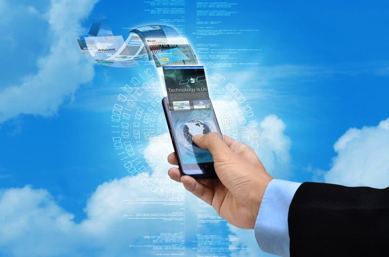 Internet no conceito esperto do telefone imagens de stock royalty free