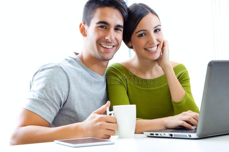 Internet novo feliz da consultação dos pares em casa imagens de stock