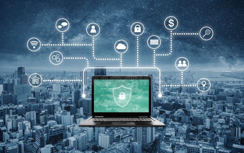 Internet och online-n?tverkss?kerhetssystem Bärbar datordator med låset som skyddar skyddssymbolen på skärm- och applikationsymbo arkivbilder